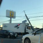 国道129号厚木市で渋滞の理由は?第二交通機動隊前でトラックが事故「信号へし折れてる」