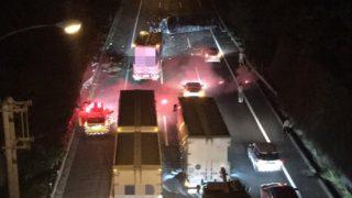 東名高速上り渋滞。原因は鮎沢で事故。トラックが横転【現在の様子】