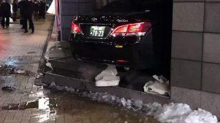 茅場町駅のセブンイレブンに車が突っ込む事故。原因は雪でスリップ?「ジャストイン」「かなりの大惨事になってる」