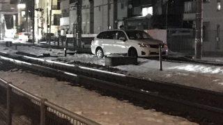高崎線で車が線路に侵入。運転手は逃亡「飲酒か薬やってるな」「なぜそうなった」「ふざけんな」