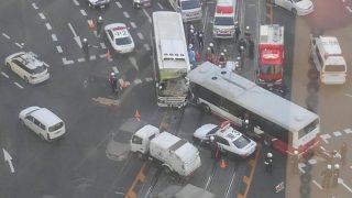 稲荷町交差点でバス同士の衝突事故(広島市南区)。「なぜ…」「ヤバイことになってる」